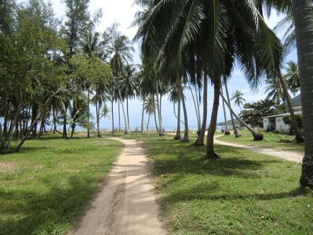 am Ende des Dorfes laufen wir Richtung Wasser....